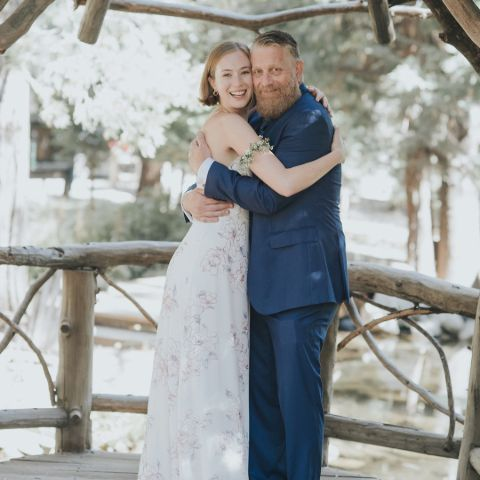 Hannah Einbinder with her father during his wedding.
